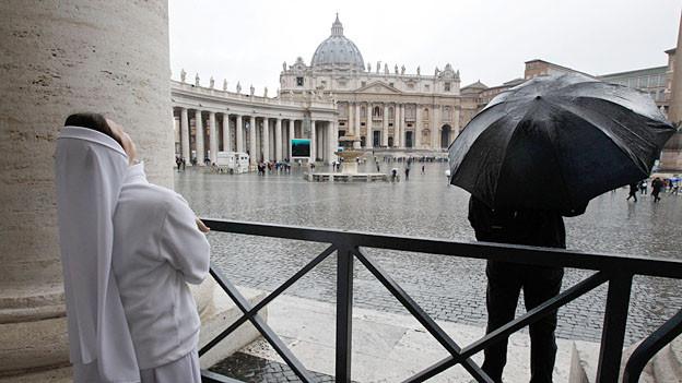 Weisser oder schwarzer Rauch? Mit Spannung wird das Ergebnis der ersten Papstwahl erwartet.