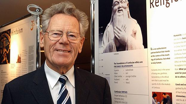 Hans Küng bei der Ausstellung «Weltreligionen - Weltfrieden - Weltethos» im Flughafen Zürich 2004.