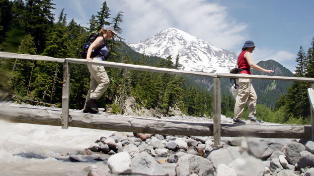 Zwei Wanderinnen im Mount Rainier National Park.