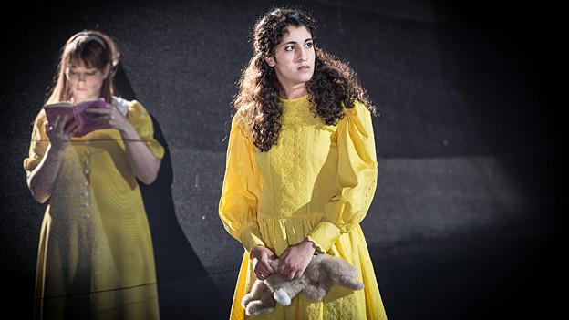 Banafshe Hourmazdi (rechts) als Alice im Wunderland im Luzerner Theater.