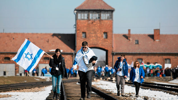 Tausende Menschen nehmen jedes Jahr am Marsch der Lebenden im südpolnischen Auschwitz teil.