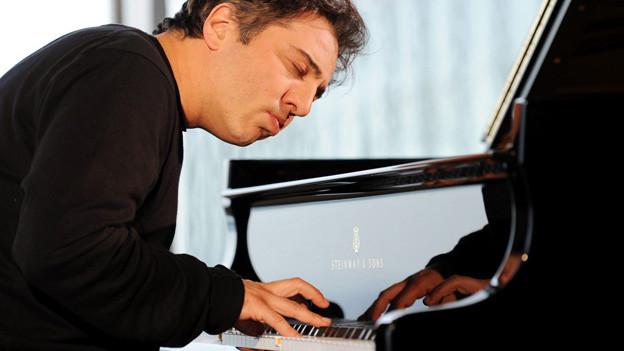 Der türkische Pianist Fazil Say hat sich im Internet über einen Muezzin lustig gemacht.