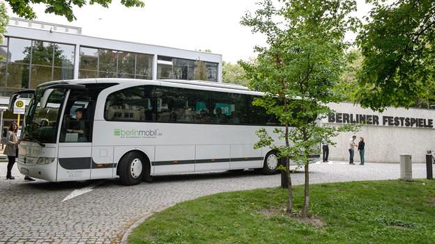 Mit diesem Bus nimmt das Theatertreffen Berlin das Publikum mit auf eine Zeitreise.