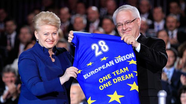 Kroatiens Präsident Ivo Josipovic (r.) und die littauische Präsidentin Dalia Grybauskaite während der EU-Aufnahmefeier in Zagreb.
