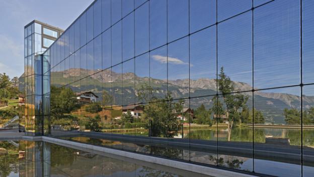 Fondation Pierre Arnaud: Die Fassade aus photovoltaischem Glas spiegelt die Umgebung.