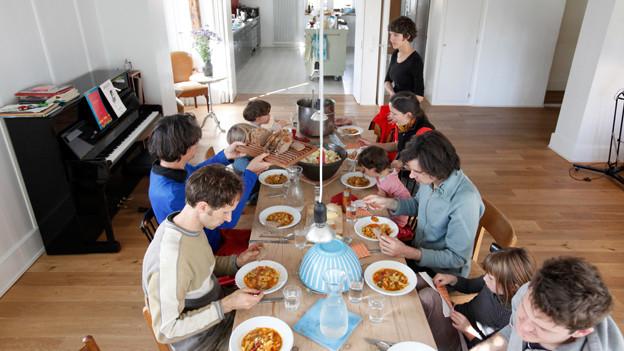 Wer deckt, wer kocht, wer räumt auf? Der Mittagstisch im Althus.