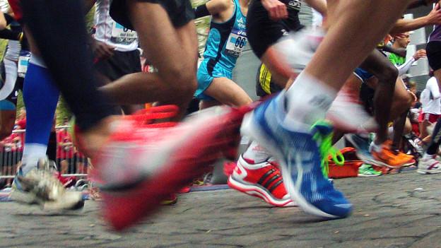 Füsse von Marathonläufern, teilweise mit Bewegungsunschärfe.