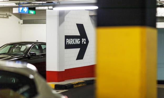 Die Innenansicht eines Parkhauses, im Vordergrund eine gelbe Säule.