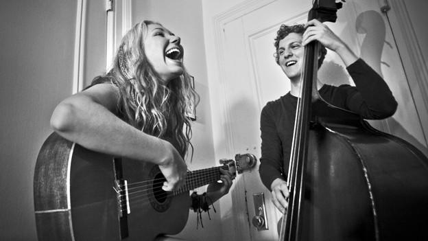 Eine Frau und ein Mann machen zusammen Musik.