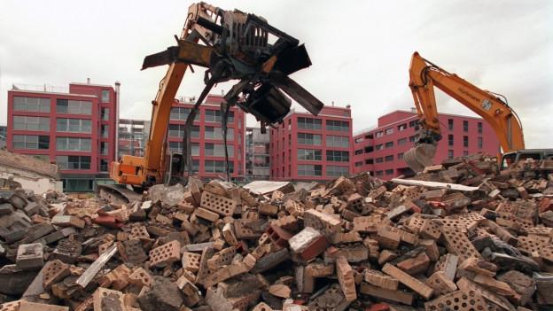 Eine Baustelle mit Trümmern.