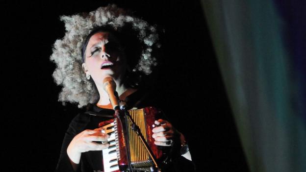 Erika Stucky auf der Bühne.