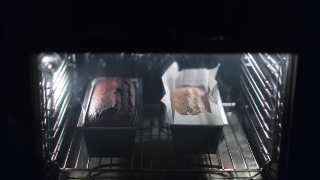 Zwei Kuchen im Ofen.