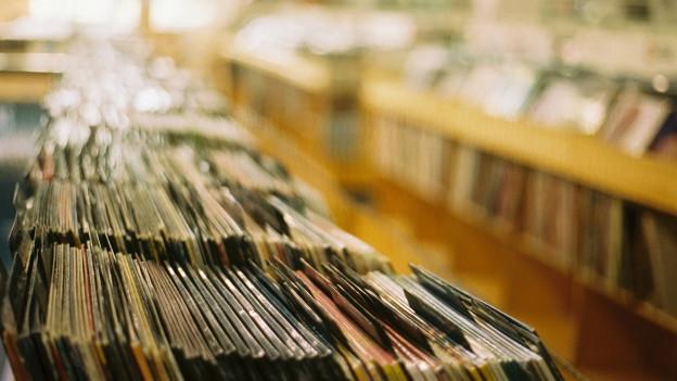 Schallplatten in einem Geschäft.