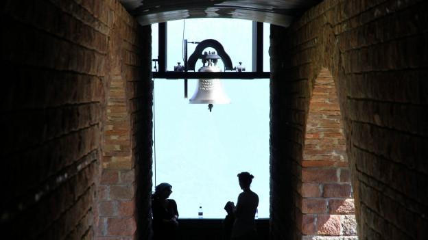 Bild zeigt die Glocke der Kapelle Santa Maria auf Monte Tamaro im Tessin