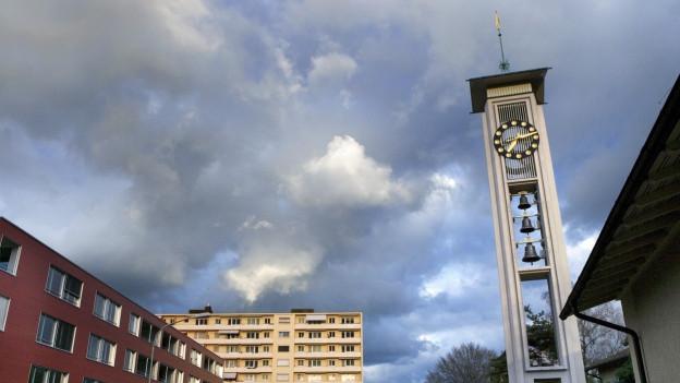 Der Kirchturm mit Glocken.