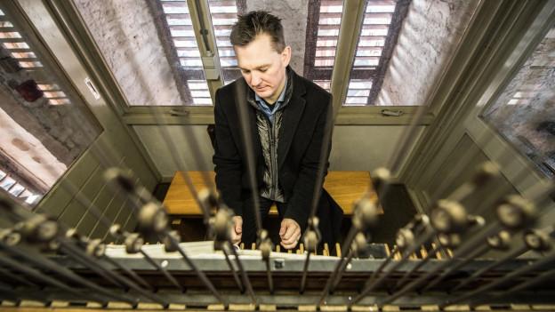 Thomas Frank, Carillon-Spieler, schlägt in die Tasten an.
