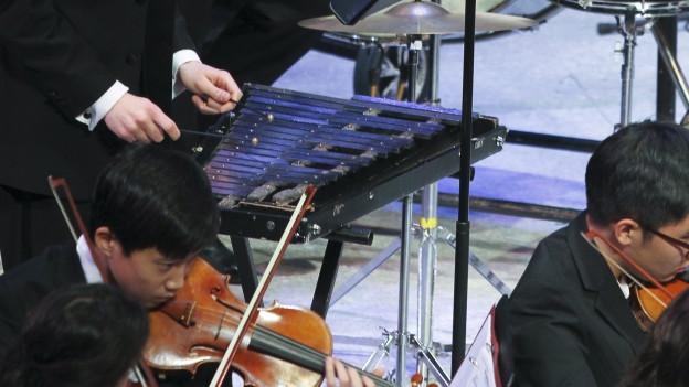 Ein Glockenspiel in einem Orchester.