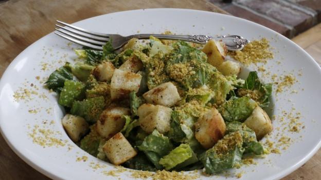Ein Teller gefüllt mit Gemüse.