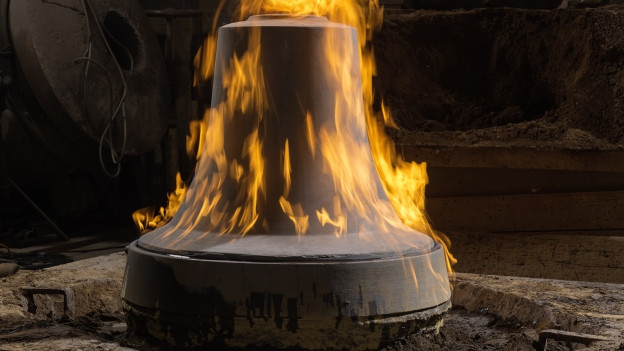 Gusseiserne Glocke steht in Flammen