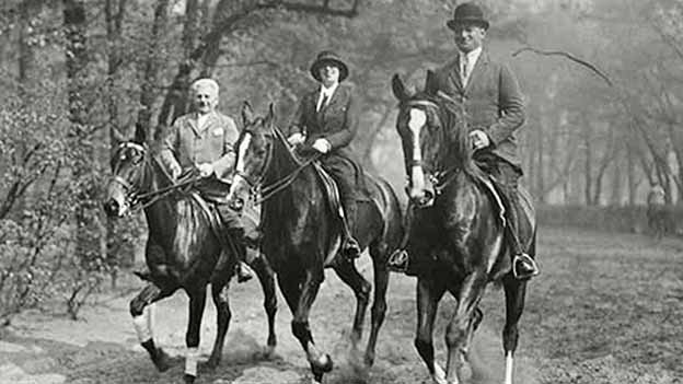 Schriftsteller und Journalist Joseph Roth (r.) mit seiner Frau Friedrike auf einem Ritt mit einem unbekannten Mann.