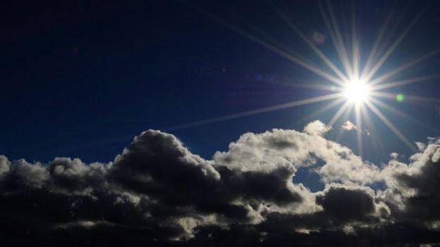 Wolken und Sonne im Himmel.