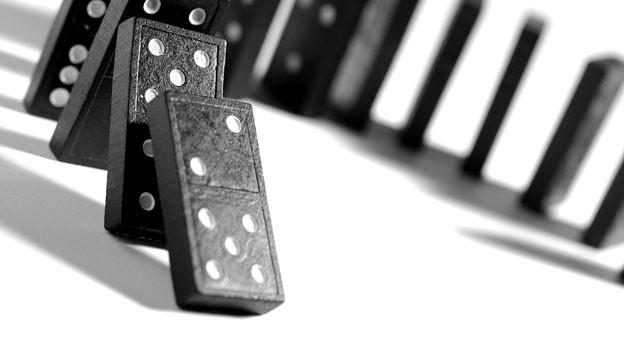 Verschiedene Meinungen treffen aufeinander wie Dominosteine.