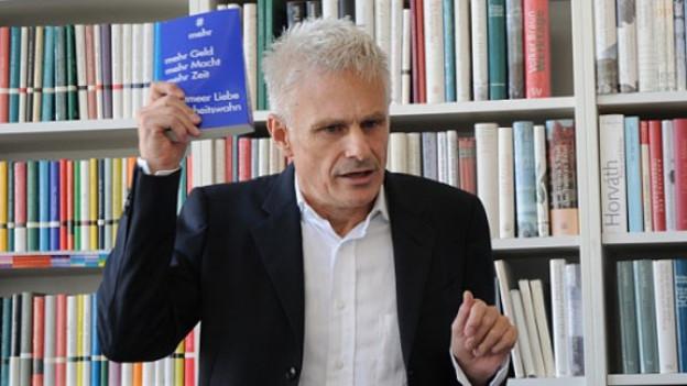 Reinald Goetz vor Bücherwand