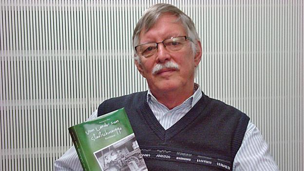 Hanspeter Möri mit seinem Buch «Vom Landei zum Stadtschminggu»