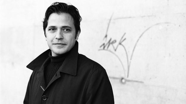 Ein schwarz-weisses Porträt des Autors Daniel Goertsch.