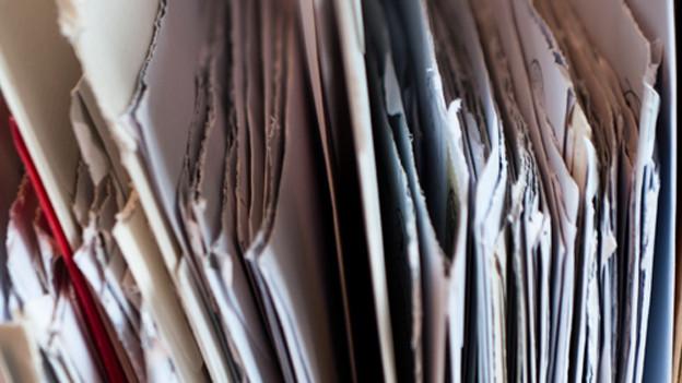 Symbolbild: eine Reihe gehöffnete Briefe.