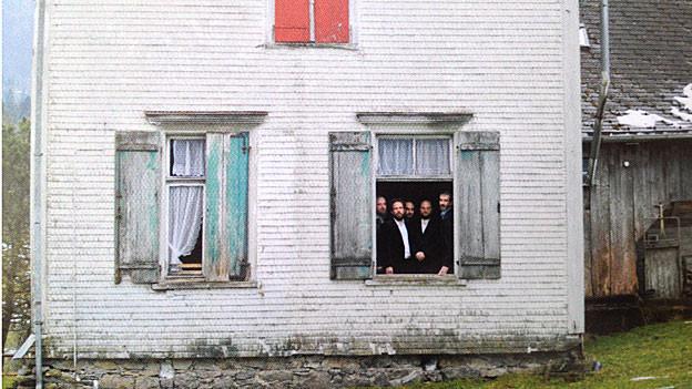 Band «Stahlberger» schaut aus einem Bauernhaus