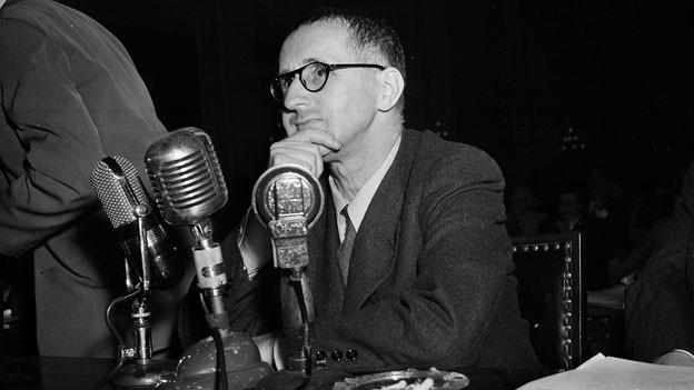 Bertolt Brecht, am 30. Oktober 1947, vor dem «Ausschuss für unamerikanische Umtriebe» in Washington.