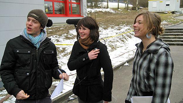 Pan Aurel Bucher, Nina Halpern und Irina Ledermann bei einer Aussenaufnahme in Willisau im Februar 2008.