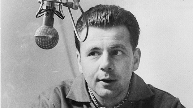 Max Rüeger sitzt vor dem Mikrofon