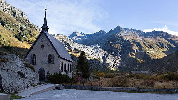 Kapelle vor Bergen und Rhonegletscher