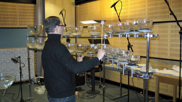 Hörspielmusik entsteht: Stephan Diethelm entlockt seinen Glasinstrumenten sphärische Klänge.