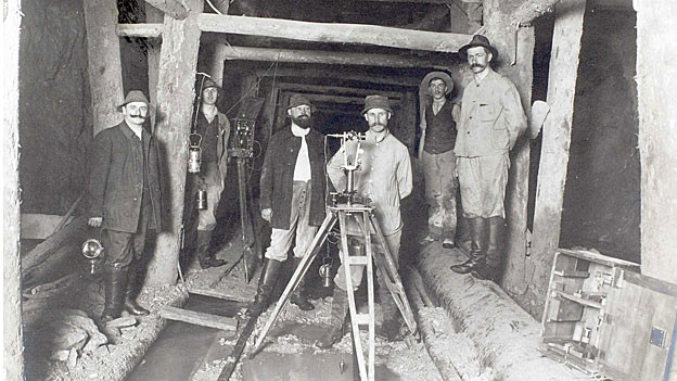 Vermessungsarbeiten im Tunnel