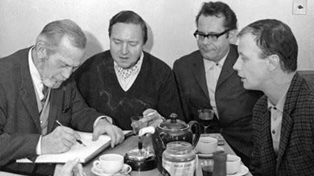 René Deltgen, Regisseur Hans Hausmann, Hans Helmut Dickow und Luzius Versell besprechen das Hörspiel-Manuskript.