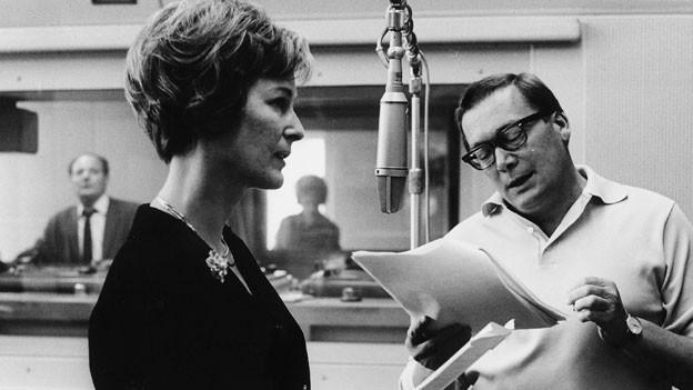 Lilian Westphal und Regisseur Robert Bichler im Hörspielstudio.