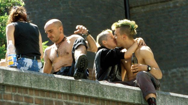 Punks auf einer Mauer.