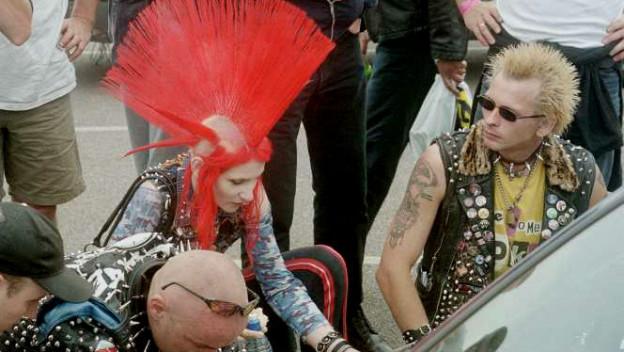 Punkerin mit rotem Irokesenschnitt