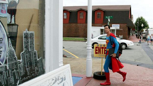 Superman-Darsteller Christopher Dennis unterwegs in Metropolis: Die Kleinstadt im US-Bundesstaat Illinois ist vor allem bekannt als «Heimat» des Science-Fiction-Helden Superman, dessen Abenteuer zu einem überwiegenden Teil in einer fiktiven Stadt namens Metropolis spielen.