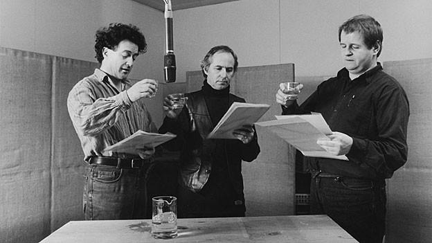Ernst Süess (links) spielt den Junker von Moos, Hanspeter Müller-Drossaart (rechts) den «Birglerheiri», Mitte Geri Dillier.
