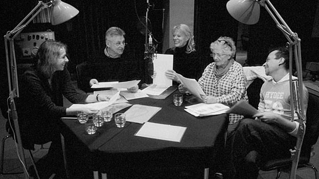 Regula Siegfried, Dieter Stoll, Birgit Steinegger, Stephanie Glaser und Dominik Leuenberger (v.l.n.r.) bei den Hörspielaufnahmen.