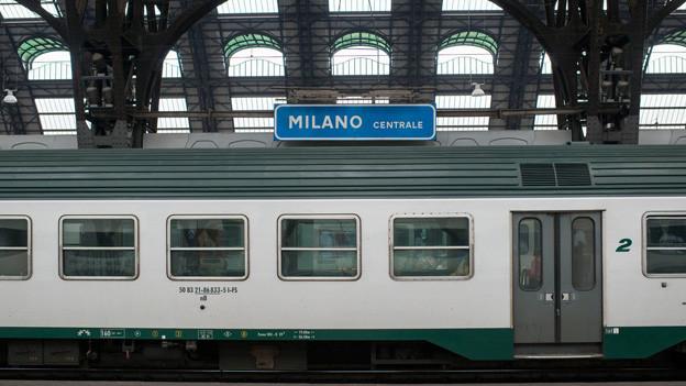 Ein Zug hält am Bahnhof Mailand.