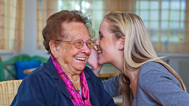 Grossmutter und Enkelin im Gespräch