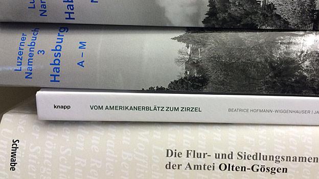 Bücherrücken der neuen Namensbücher aus Luzern und Solothurn.