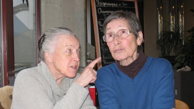 Regine Lutz (Marta) zeigt mit dem Finger auf Trudi Roth (Berta).