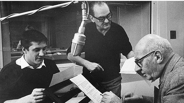 Der Autor und Regisseur Kurt Früh (Mitte) bei der Probearbeit mit Heinrich Gretler (r.) und Fred Haltiner (l.). Heinrich Gretler erzählt als Lehrer Ambach die Geschichte des Siegers.