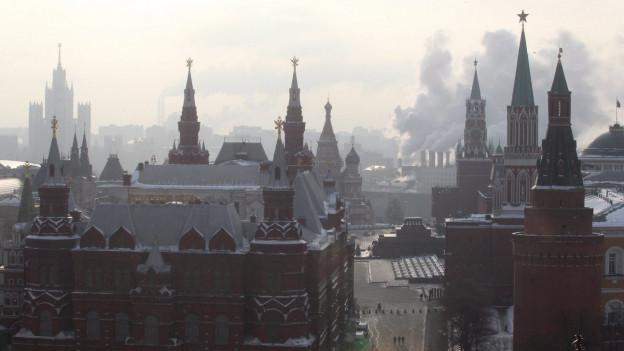 Häuser in Moskau. Sie sind in Nebel gehüllt.